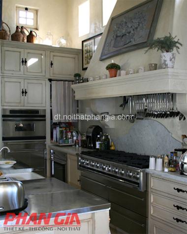 Thiết kế nội thất phòng bếp giá treo đồ gọn gàng