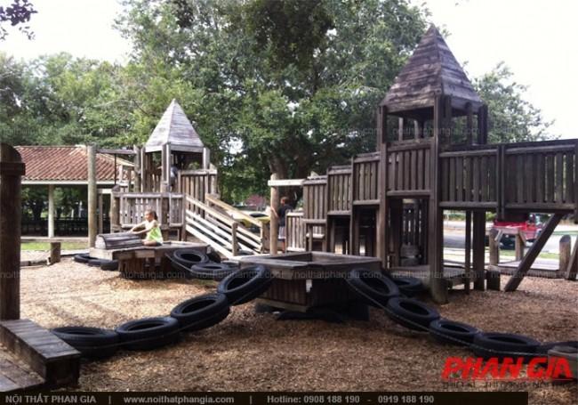 Khu vui chơi trẻ em với nhà gỗ và bánh xe